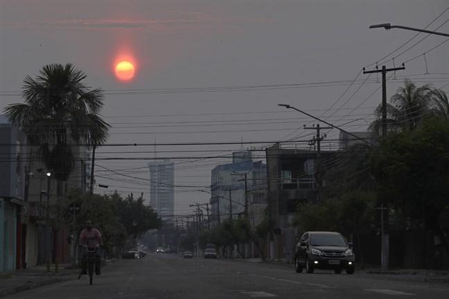 Solen förmörkas av brandrök i Porto Velho, som har en halv miljon invånare, i den brasilianska delstaten Rondônia.
