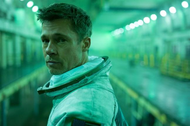 """Astronauten Roy McBride (Brad Pitt) letar efter sin pappa i """"Ad astra"""" och upptäcker hemligheter om både jorden och människans existens. Pressbild."""