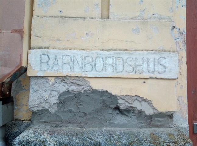 """Texten """"barnbördshus"""" kom fram i fasadrenoveringen vid gamla BB."""