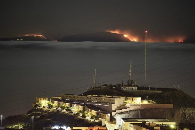 Skogsbranden på Gran Canaria sedd från grannön Teneriffas huvudstad Santa Cruz den 19 augusti.