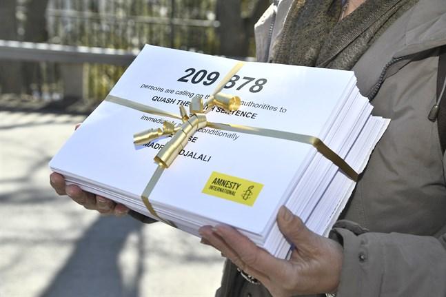 Amnesty lämnar namnunderskrifter till Irans ambassad i Stockholm för att kräva frisläppandet av den dödsdömde KI-forskaren Ahmadreza Djalali. Arkivbild från 2018.