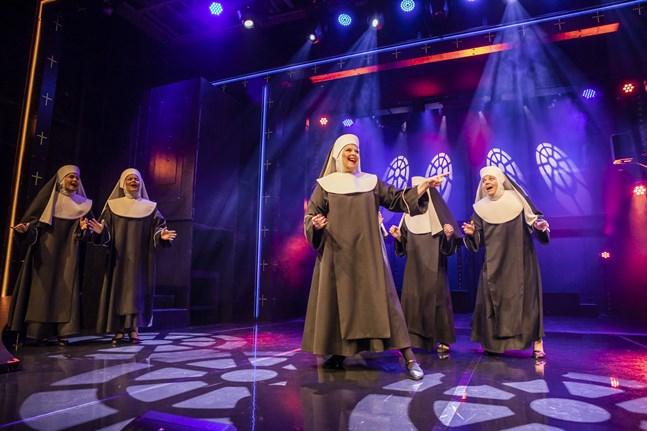 """Musikalen """"Nunnia ja konnia"""" som spelas på Karleby stadsteater lockar storpublik."""