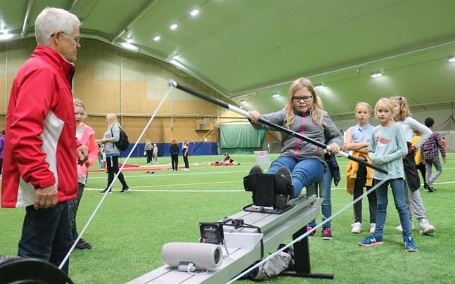 Leif Lunabba från Botnia Canoe instruerar Emma Björkman och hennes vänner.