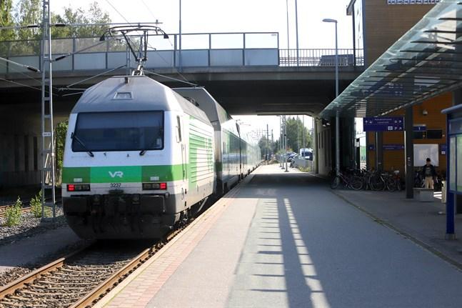 Nu lovar regeringen pengar för att satsa på järnvägssträckan mellan Vasa och Seinäjoki. Det är bra för landskapet, säger Kaj Suomela.