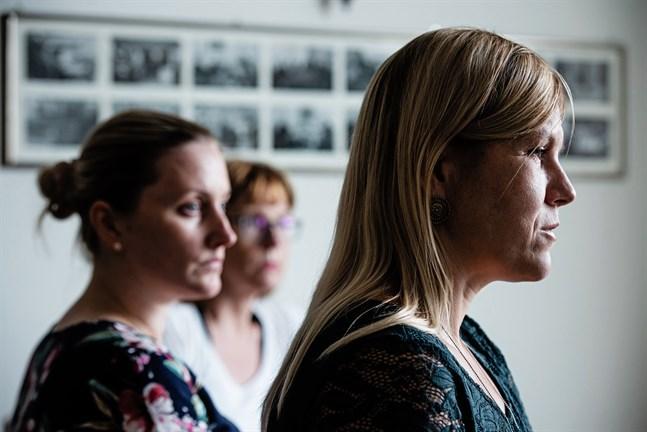 Nora Muotio, ansvarig ledare på Österbottens medlingsbyrå. I bakgrunden Linda Paavola och Annette Nikula. 28.8.2019.