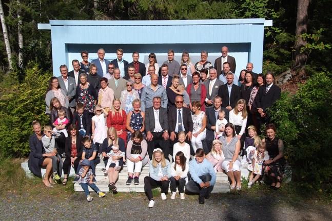 Ett år på förhand bestämde Frattarna när nästa sammankomst skulle ordnas. Därför var uppslutningen stor med barn och barnbarn på plats på den utvidgade kusinträffen i Närpes. Här är de samlade i Öjskogsparken.