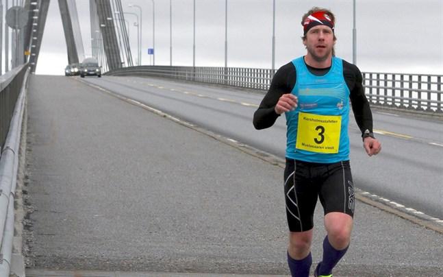 Det glesnar i leden i Korsholmsstafetten. Här är Tomas Mäenpää på väg mot Replot för några år sedan.