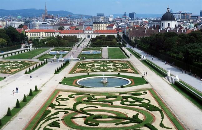 Från övre Belvedere har man fin vy över den symmetriska barockträdgården.