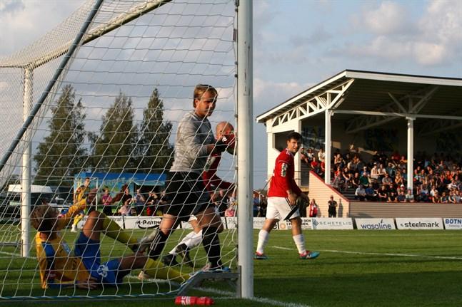 Kaskö IK: s målvakt Jacob Strand hinner först på bollen medan Krafts Oskar Ivars ligger i målet. Kraft var starkare i division 3-derbyt i Närpes.