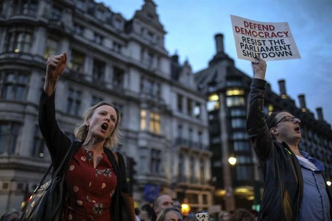 Demonstranter samlas utanför Storbritanniens parlament efter Boris Johnsons besked på onsdagskvällen.