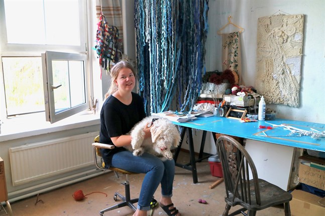 Sara Sundqvist med hunden Mumrik deltar för första gången i Konstrundan. Ett bra tillfälle att träffa folk, säger hon.