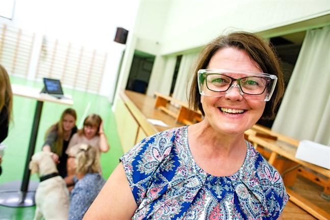 Ulla-Britt Ingman, rehabiliteringsrådgivare vid Förbundet Finlands Svenska Synskadade, delade ut åttio skyddsglasögon vid Zachariasskolan i Nykarleby. 29.8.2019.