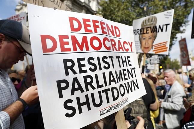 """Tusentals demonstrerar i London under parollen """"Stoppa kuppen"""". Liknande protester ska äga rum runt om i Storbritannien."""