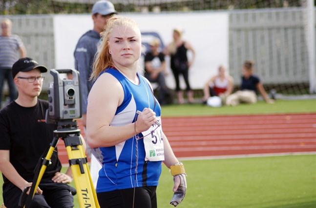 Krista Tervo utmanade den finska rekordhållaren Silja Kosonen under släggkarnevalen i Kaustby.