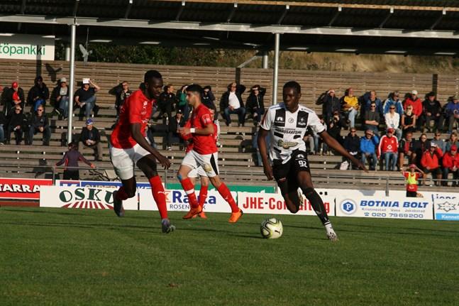 KPS svartvita färger försvinner från fotbollstrean. Bilden från förra sommarens match i Korsnäs. KPS:aren på bild heter Awancer Mamer.