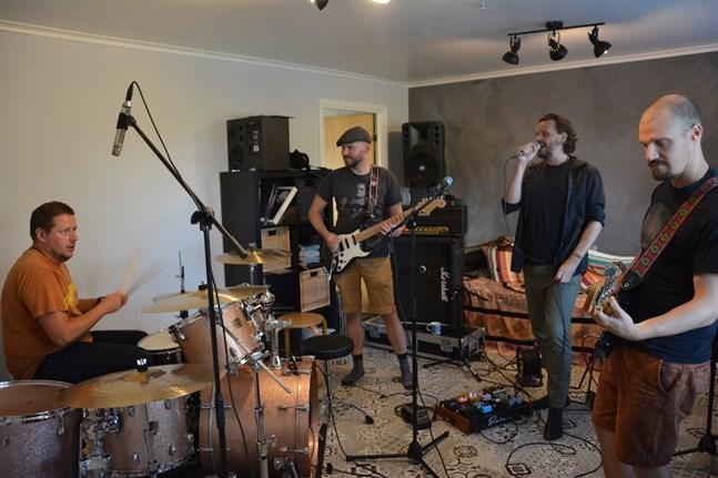 Hårdrockbandet Kurator repar inför återföreningen på scen 2019, från vänster Andreas Stenfors (trummor), Benny Ojala (gitarr), Stefan Nyman (sång) och Peter Enroth (bas). Nu har Närpesbandet släppt en ny låt.