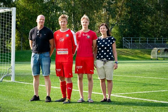 Simon Uusitalo (andra till höger) kommer från en riktig fotbollsfamilj. Storebror Samuel har kontrakt med Jaros representationslag. Här tillsammans med mamman Hanna Timmerbacka-Uusitalo pappan Jukka Uusitalo.