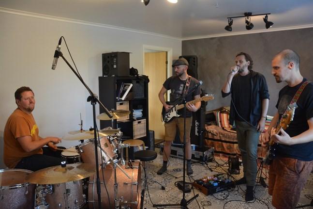 Kurator 2019, från vänster Andreas Stenfors (trummor), Benny Ojala (gitarr), Stefan Nyman (sång) och Peter Enroth (bas).