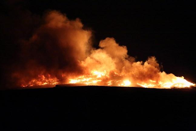 """Lågorna på """"Roskisbacken"""" var stora och en mörk rök sänkte sig över Jakobstad."""