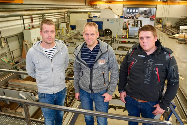 Brödratrion Fredrik, Jörgen och Sören Häggman har genomfört offensiva satsningar de senaste åren. I bakgrunden syns den nya rörlasern som företaget köpte i slutet på 2016.