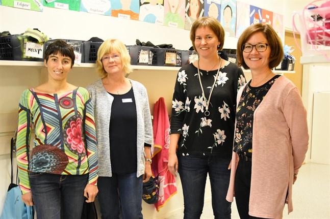 Erika Hellman längst till höger såg fram emot att få åka på svarsvisit och besöka Giulia Galaverna och Susanne Class som besökte Stenbackens skola i september. Bredvid Hellman står Sandra Sved, en annan deltagare i projektet.