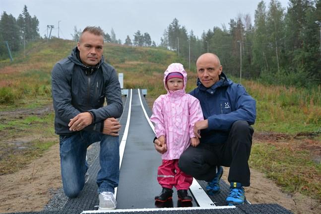 Länken skis ordförande Janne Smeds och styrelsemedlemmen Marko Äbb marknadsför den nya barnhissen för Miona Äbb, 2 år.