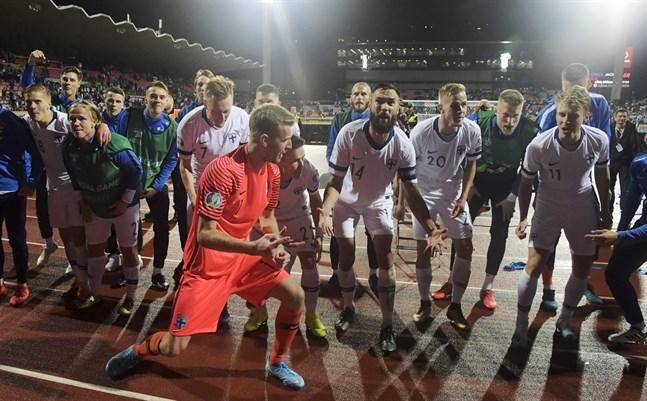 Landslaget firar med supportrarna efter segern mot Grekland.