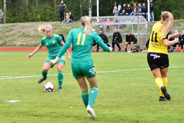 Två skarprättare i aktion. Rosa-Maria Sirén sätter 0–2 för Ilves. Roosa Tuominen (med nummer elva på ryggen) gjorde för sin del tre mål på Myran i Nedervetil. Till höger i bild Amanda Kass.