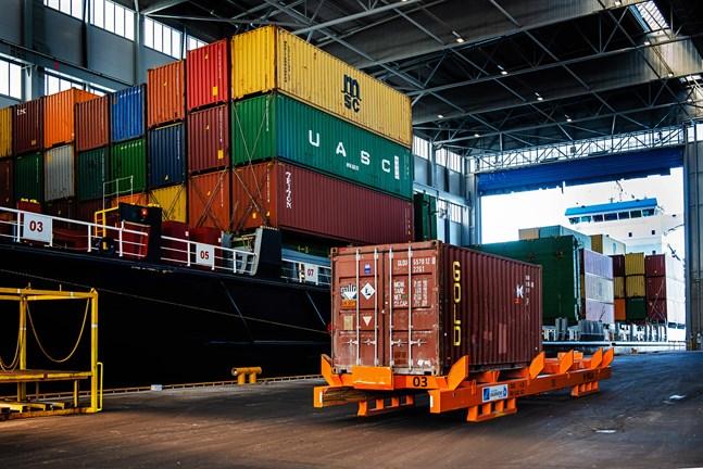 Företaget Adolf Lahti sköter bland annat om logistiktjänster i hamnen i Karleby.