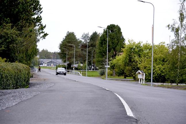 Trottoaren och asfalteringen är nu klar på Biblioteksvägen, som sluttar mot norr för att vatten ska kunna rinna av. Farthinder saknas ännu.