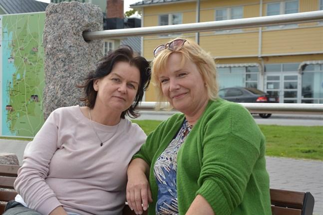 Tuula Camilleri och Inga Nikula-Sjöqvist njöt av sommarens sista dag på strandpromenaden i Kristinestad.