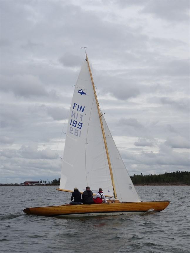 Hajen Heidi med Johan Hartell som skeppare och Auli Hartell och Mikael Bergroth som gastar tog hem segern i Siikasafari .
