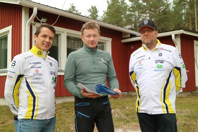 Team Minkens chef Göran Holm flankerad av Tomas Wikblom (till vänster) och Johan Granlund framför skidstugan i Munsala.