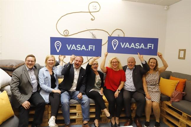 Kenth Nedergård (Världsarvet Kvarken), Tiina Salonen (den nya sajtens projektchef), Max Jansson (Vasaregionens Turism), Anna-Maija Iitola (Vasa stad), Mari Kattelus (Vasaregionens Utveckling), Stefan Råback (Vasaregionens Utveckling) och Leena Forsén (Vasa stad) lanserar den nya webbtjänsten.