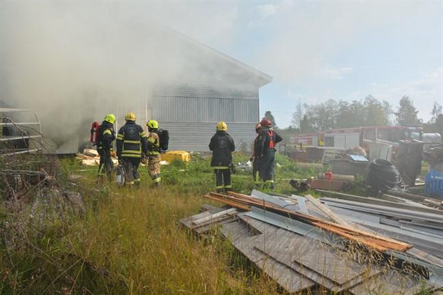 Rökutvecklingen var stundtals kraftig vid branden i ett flislager i östra Yttermark. Flera brandbilar var på plats.