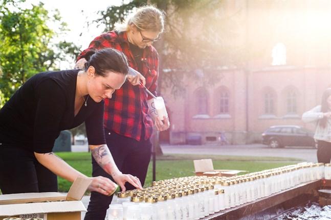 Alexandra Sippus-Baliukoniene och Rasmus Anderssén från Suicide Zero Finland vill att vi ska bli bättre på att prata om hur många som faktiskt begår självmord varje år.
