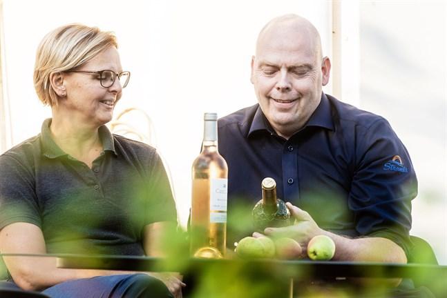 Anders och hans fru Eva firar 27-årig bröllopsdag på hans 50-årsdag. I höst inleder Anders studier för att utbilda sig till sommelier.