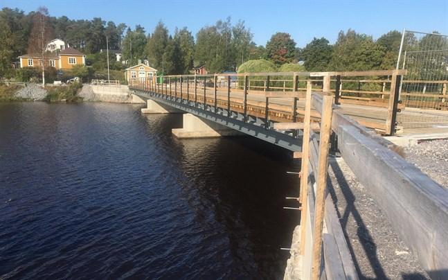 Brobygget håller tidtabellen. Den nyrenoverade bron är klar då september är till ända. Men den öppnas först efter invigningen, vars datum ännu inte är bestämt.