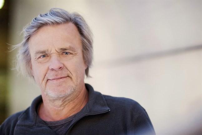 """Filmskaparen Matti Ijäs besöker Karleby i helgen. Hans klassiker """"Katsastus"""" visas som utomhusbio."""