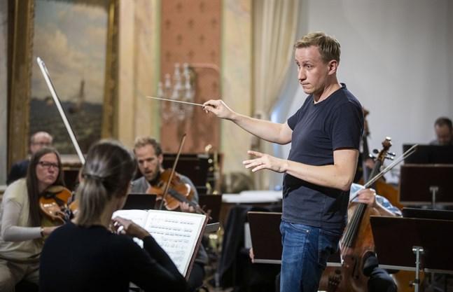 Markus Luomala är en av eleverna på Jorma Panulas dirigentkurs i Vasa. Luomala kommer från Kaustby och studerar orkesterledning vid Panula-Akademin som ordnar kurser för unga dirigenter från hela världen.
