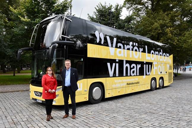 Den nya dubbeldäckaren i Åboregionens kollektivtrafik presenterades på torsdagsmorgonen. Åbos kollektivtrafikdirektör Sirpa Korte (till vänster) och företaget VDL Bus & Coach Finlands försäljningschef Timo Vainio berättade om fordonet under en provtur.