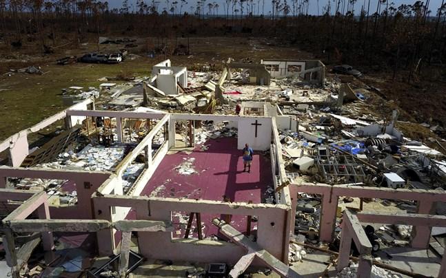 En pastor står i ruinerna av sin raserade kyrka vid High Rock på Grand Bahama.