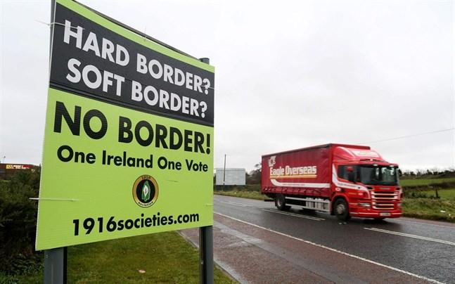 En skylt som vill ena hela Irland har placerats nära Newry, vid gränsen mellan Nordirland och republiken Irland.