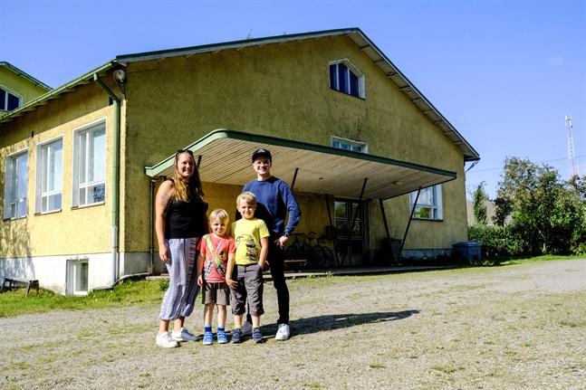 Heidi Nyman med barnen Tommy och Simon Nyman. Till höger uf-medlemmen Kim Blåfield.