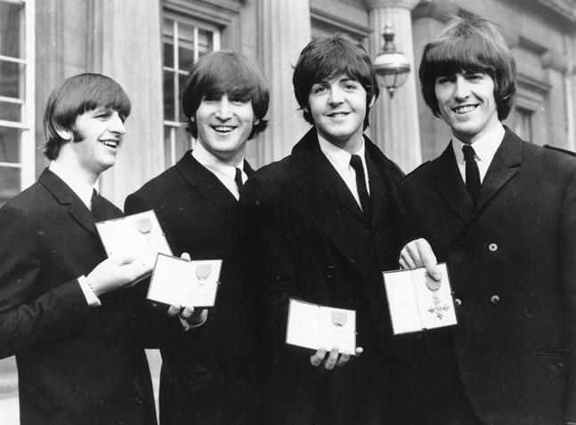 Ringo Starr, John Lennon, Paul McCartney och George Harrison vid Buckingham Palace i London 1965.