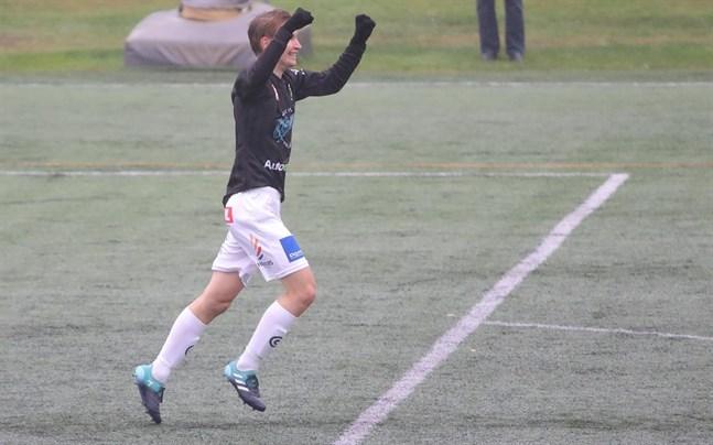Juuso Öst, här i JBK:s tröja, gjorde två mål för Jaro/u23.