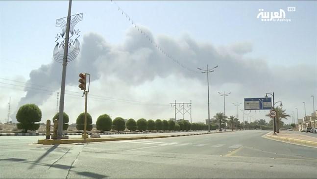 Rök syns stiga från bränderna som drönarattackerna orsakade mot saudiska oljeanläggningarna.