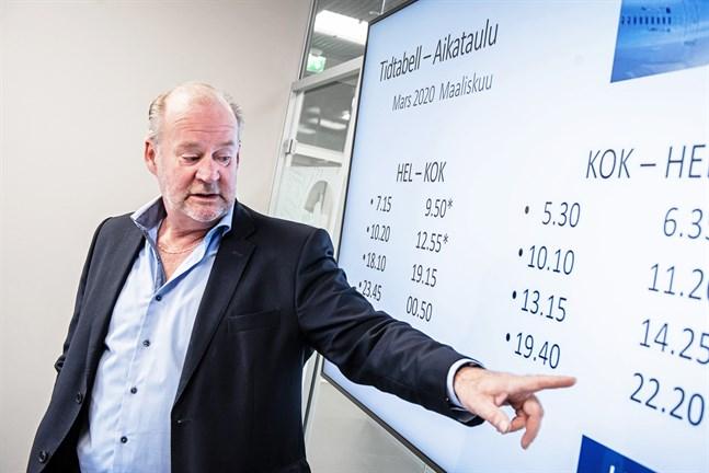 I september i fjol presenterade Stig-Göran Forsman, vd för Kronoby Flyghangar, Finnairs nya tidtabeller för Kronoby-Helsingfors. Hur det ser ut den här hösten är fortfarande oklart.