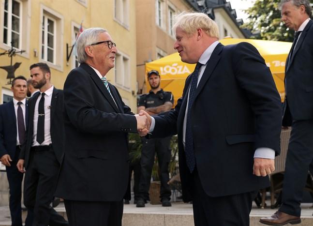 EU-kommissionens ordförande Jean-Claude Juncker skakar hand med Storbritanniens premiärminister Boris Johnson i Luxemburg.