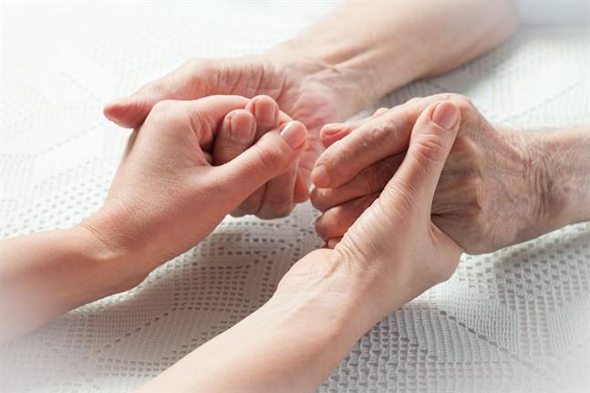 Anette Karlsson vill att vi bryr oss om våra äldre personer.
